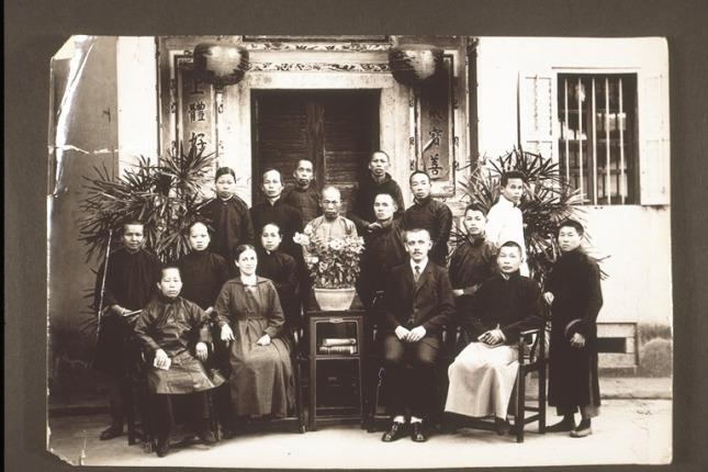 图3:1893年巴色差会在梅县建立德济医院,图为传教士和该院员工