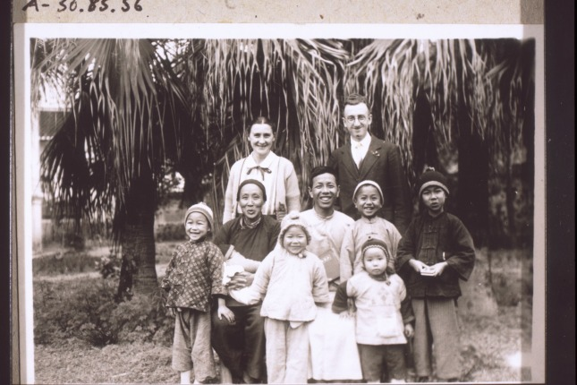 图3:传教士与当地一家客家人合影