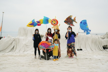 """Puppets on the Beach,"" Handshake 302 workshop, Xichong, April 25, 2020."